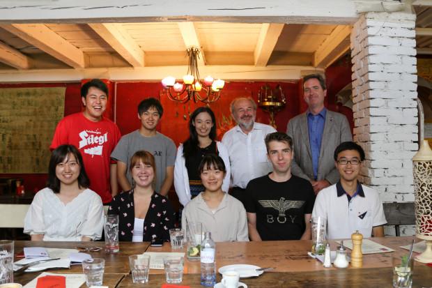 Gruppenfoto japanischer Studierender beim gemeinsamen Abschiedsessen mit MitarbeiterInnen der ÖJAB.