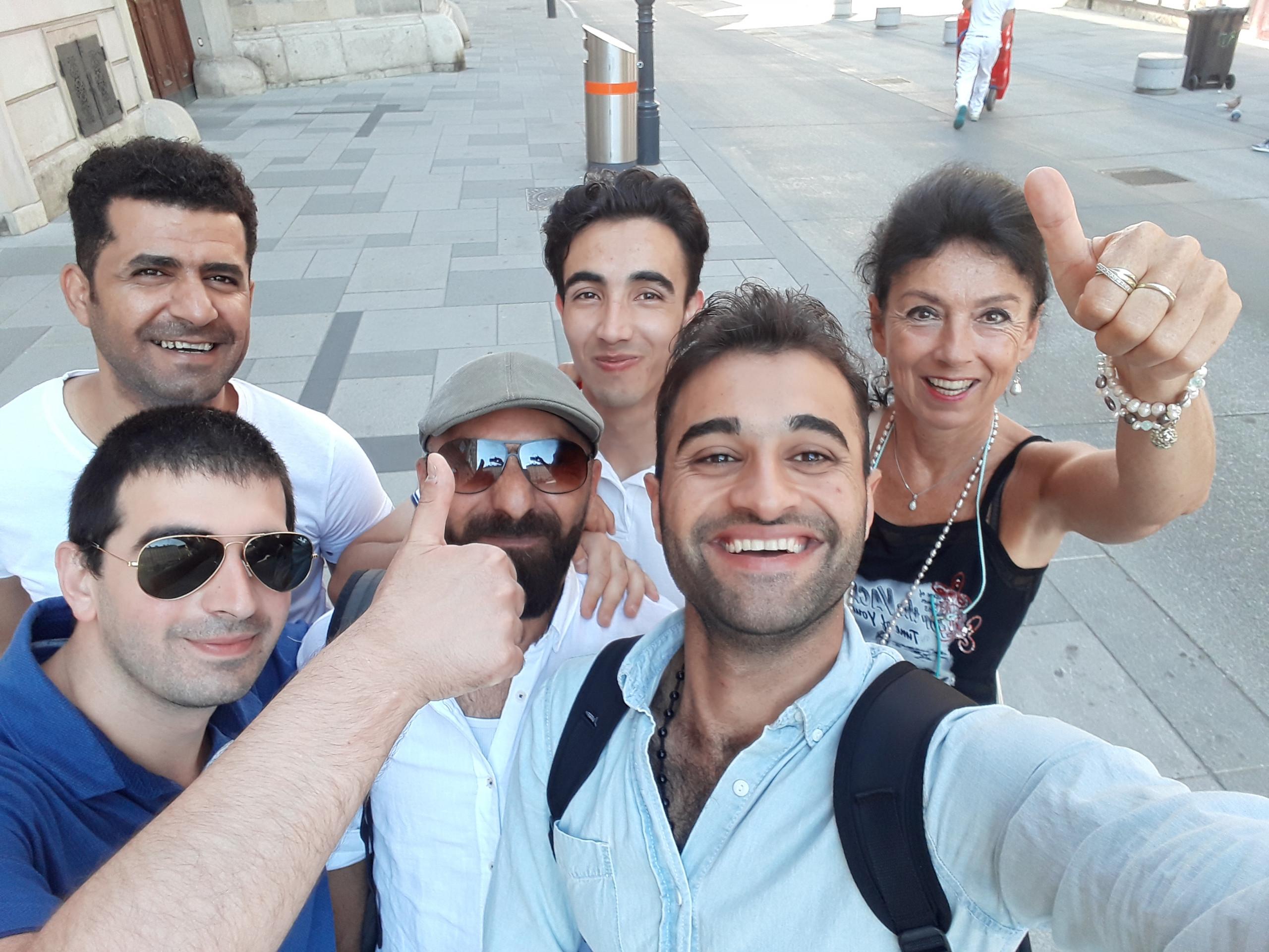 """Gruppenfoto der Teilnehmer am Projekt """"Start Wien Flüchtlinge - Integration ab Tag 1"""" mit Trainerin links."""