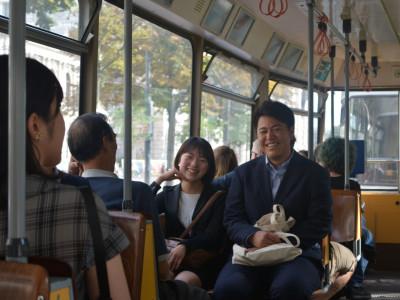 Japanische ReiseteilnehmerInnen in der Wiener Straßenbahn. Foto: Aoi Narita.