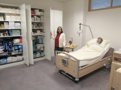 Lehrgangsleiterin Lenka Slepčíková zeit die Unterrichtsmaterialien in der neuen Pflegeschule der ÖJAB her.