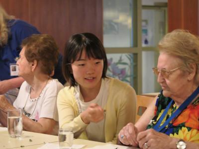 Japananische Reiseteilnehmerin im Gespräch mit Bewohnerin der ÖJAB-Hauses Neumargareten, Wohn- und Pflegeheim. Foto: Taishi Yoshida