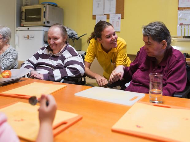 BewohnerInnen mit Pflegerin im ÖJAB-Haus Neumargareten.