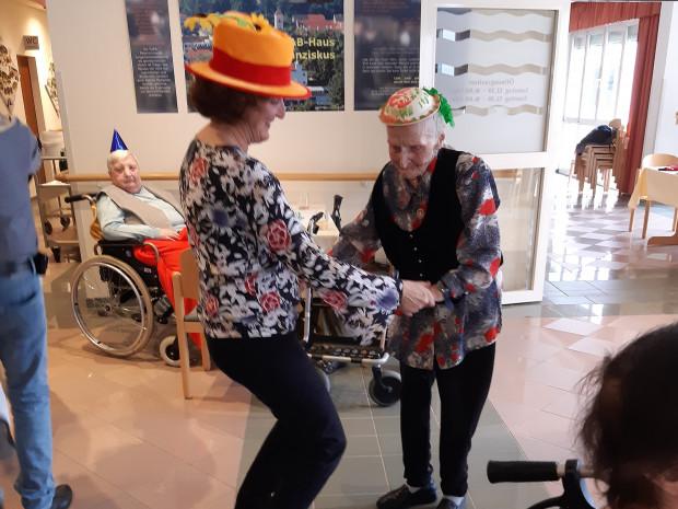 95-jährige BewohnerIn Frieda Maikisch beim Faschingstanz mit Heimleiterin Elisabeth Muhr.