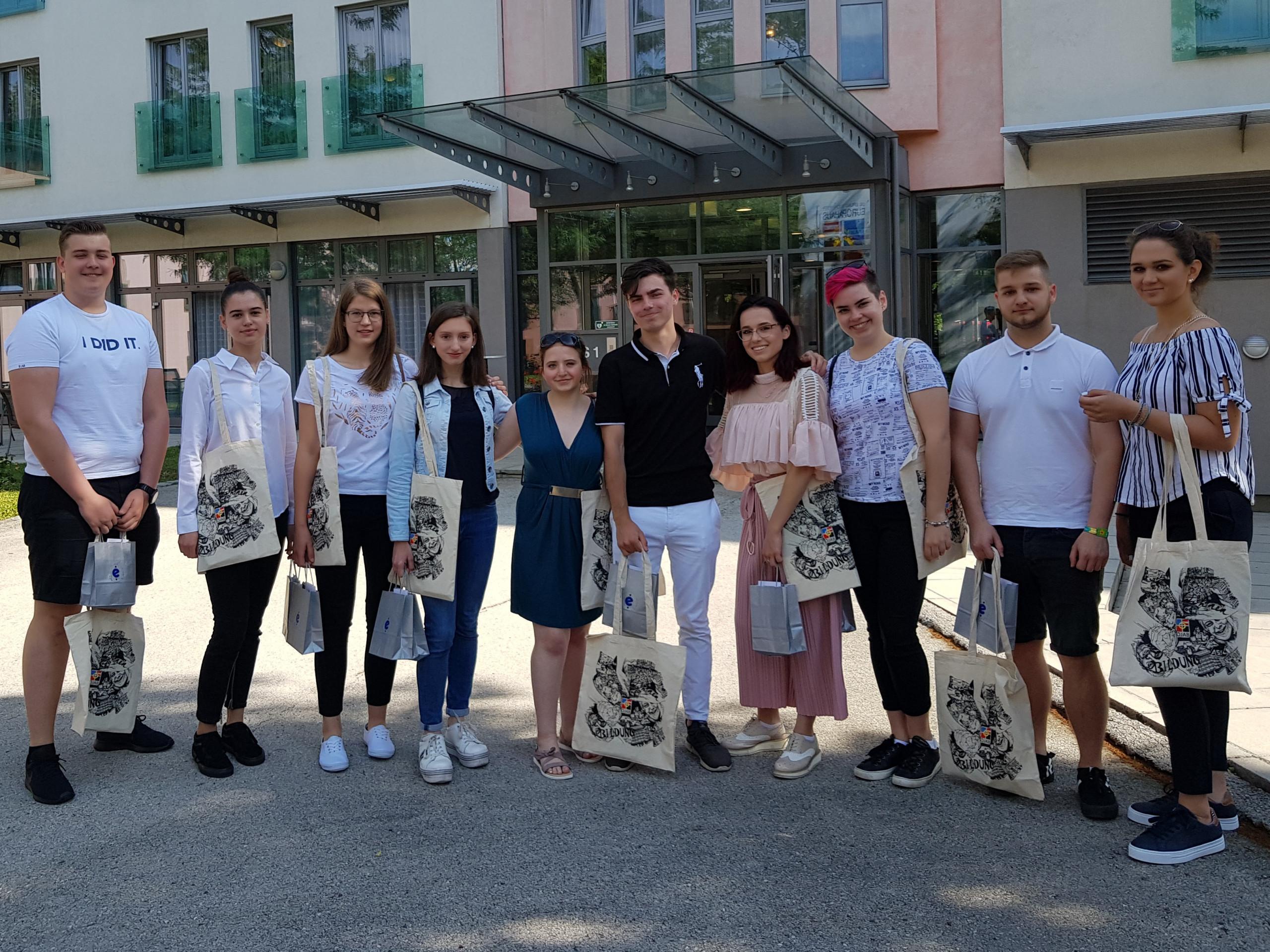 Gruppenfoto der TeilnehmerInnen aus 2019 vor dem Europahaus Dr. Bruno Buchwieser. Foto: Eva Zule/Ekonomska šola Ljubljana.