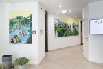 Das ÖJAB-Haus Niederösterreich 1 wird von Birgit Schweiger künstlerisch gestaltet. Im Erdgeschoß zeigen Gemälde niederösterreichische Motive und thematisieren soziale Verbindungen zwischen Menschen.