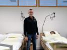 Lehrgangsleiter Franz Hundegger, Akad. Lehrer f. GuK in der Pflegeschule der ÖJAB vor zwei Übungsbetten.