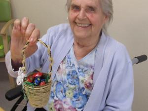 Seniorin mit Osterkorb