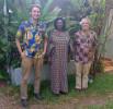 EZA-Projektmanager Oliver Böck (links) und EZA-Konsulent Stephan Armbruster (rechts) besuchten in Burkina Faso auch Solange Eveline K. Rita AGNEKETOM/BOGORE.