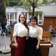 Musikstudentinnen vor dem Klavier im Garten des ÖJAB-Hauses Neumargareten.