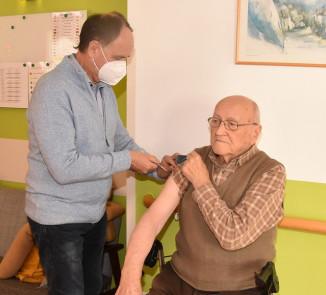 Bewohner des ÖJAB-Hauses St.Franziskus wird von einem Arzt geimpft.