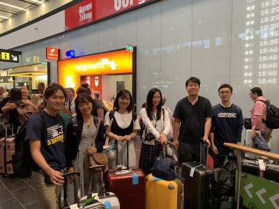 Gruppenfote der japanischen Reisegruppe von YUAI am Flughafen Wien-Schwechat.