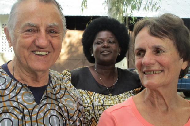 Portrait Josef und Mary Pampalk. Frau aus Mosambik im Hintergrund. Foto: Josef Pampalk.