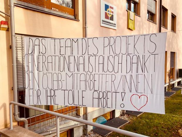 Plakat mit folgendem Text: Das Team des Projekts Generationenaustausch dankt den ÖJAB-MitarbeiterInnen für ihre tolle Arbeit!