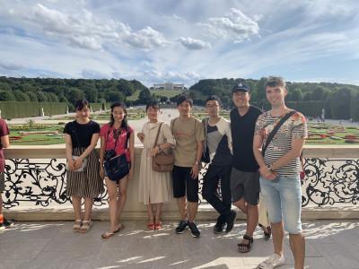Gruppenfoto japanischer ReiseteilnehmerInnen im Schlossgarten des Schloss Schönbrunn. Foto: Yasuaki Kimoto.