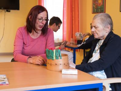 Pflegerin betreut Bewohner im ÖJAB-Haus Neumargareten.
