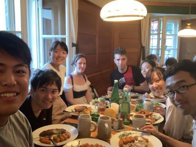 Japanische Reisende mit ÖJAb-MitarbeiterInnen beim Mittagessen in Salzburg. Foto: Yasuaki Kimoto.