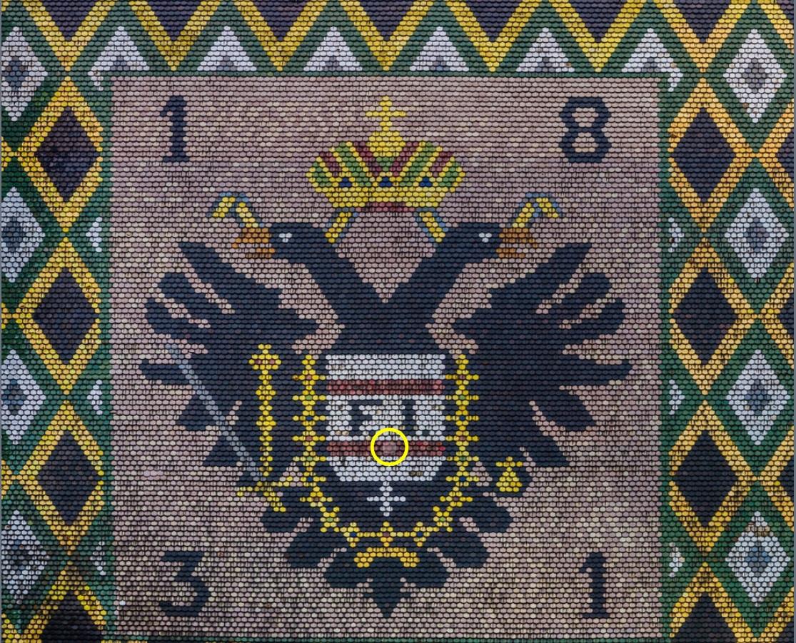 Nahaufnahme vom Dach des Stephansdoms mit gespendeten Dachziegeln. Der gelbe Kreis zeigt, wo sich die von der ÖJAB gespendeten Dachziegel befinden.