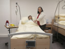 Unter anderem mit Hilfe dieser Puppe werden die Lehrgangsteilnehmerinnen und -teilnehmer Handgriffe der Pflege lernen. Lehrgangsleiterin Lenka Slepčíková zeigt, wie es geht.