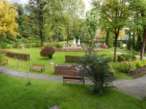 Garten der ÖJAB SeniorInnenwohnanalage Aigen in Salzburg.
