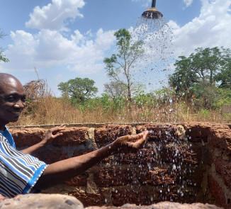Wasser bedeutet Leben und Freude in Burkina Faso - Szene in einem Waisenhaus in Samandeni.