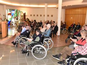 Die Feier der Krankensalbung in der Kapelle vom ÖJAB-Haus St. Franziskus.