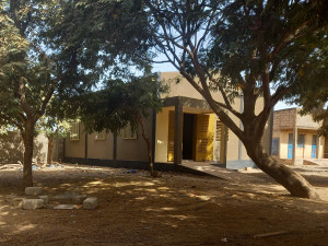 """Neu errichtetes Gebäude für die Ausbildung von Installateurinnen und Installateuren in Ouagadougou (Projekt """"Handwerk, das Leben verändern kann"""")."""