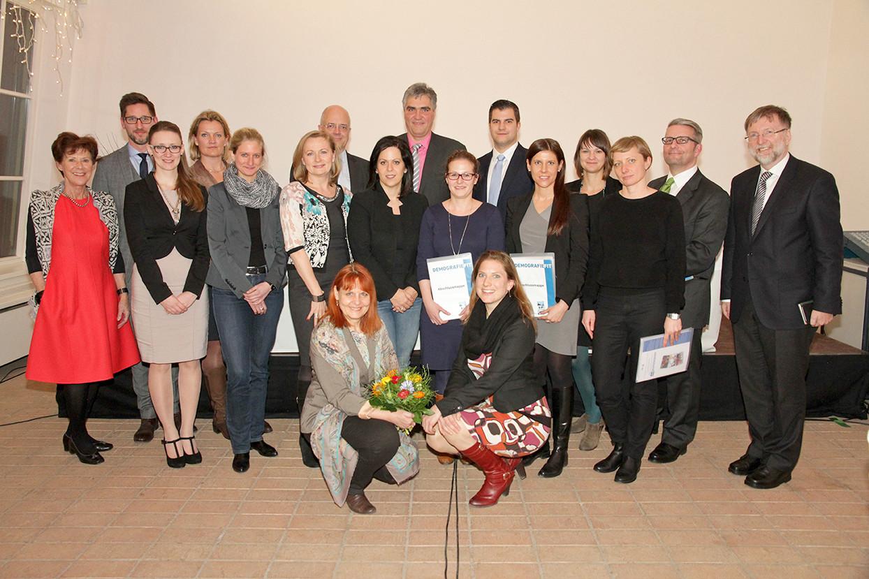 Gruppenfoto von der Abschlussveranstaltung von DemografieFit, mit TeilnehmerInnen, Lehrkräften, OrganisatorInnen und Moderatorin Ingrid Wendl.