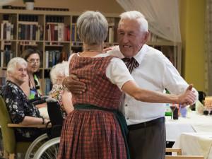 Tanzende HeimbewohnerInnen beim Sommerfest der SeniorInnenwohnanlage Aigen in Salzburg.