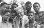 Dr. Bruno Buchwieser mit Jugendlichen in Obervolta (heute: Burkina Faso), um 1970, im Zuge der Errichtung und Eröffnung seiner später nach ihm benannten Schule in Ouagadougou.
