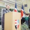 Dr. Bruno Buchwieser bei einer Ansprache im Jungarbeiterdorf Hochleiten, für welches er mit dem Dr. Karl Renner-Preis ausgezeichnet wurde. Im Hintergrund ein Jugendchor. Foto ohne Jahr, 1960er Jahre.