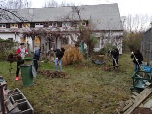 Unbegleitete minderjährige Flüchtlinge bei der Gartenarbeit, im Hintergrund das ÖJAB-Haus Greifenstein.