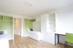 """Im Zweibettzimmer """"Double XL"""" können Studierende bereits um 319,00 Euro pro Person pro Monat wohnen, inklusive W-LAN, Dusche, WC, Kitchenette, Heizung, Strom, Wasser, Satelliten-Fernsehanschluss und Zimmerreinigung."""