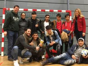 Gruppenfoto des Teams der Unbegleiteten Minderjährigen Flüchtlinge beim Adventfußballturnier des Niederösterreichischen Akademikerbundes mit Lukas Mandl, Mitglied des Europäischen Parlaments (ganz links im Bild).