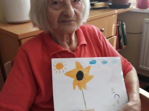 Seniorin mit Zeichnung