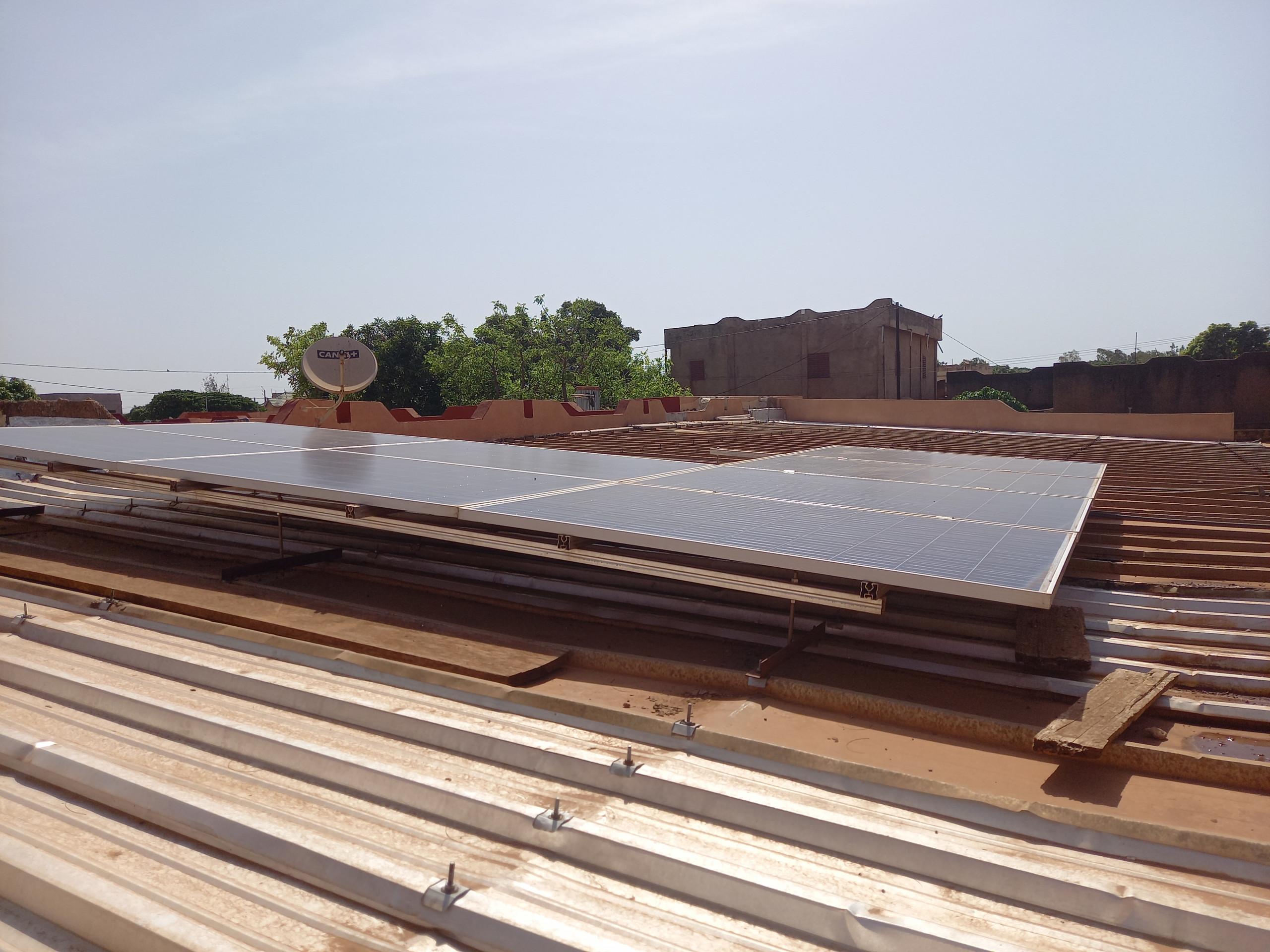 """Das Waisenhaus """"Den Kanu"""" in der Stadt Bobo-Dioulasso erhielt eine Photovoltaik auf dem Dach zur Stromversorgung."""