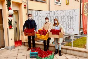 Gruppenfoto: Leitung der ÖJAB-SWA Aigen Patrick Ebeling, Lara Pirchner und Elena Schöneberger mit Nikolaus-Sackerln.