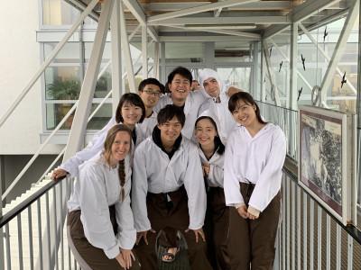 Gruppenfoto japanischer ReiseteilnehmerInnen vor dem Eingang des Salzbergwerks bei Hallein. Foto: Yasuaki Kimoto.
