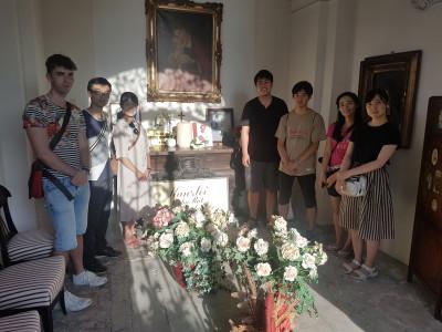 Besuch der Gruppe Japanischer Studierender am Grab von ÖJAB-Gründer Dr. Bruno Buchwieser.