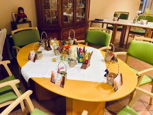 Tisch mit Ostergeschenken