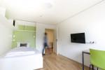 """Das """"Single in Double"""" ist ein besonders preisgünstiges Einbettzimmer im ÖJAB-Haus Niederösterreich 1. Kochbereich, Bad und WC teilt man sich mit einem zweiten Einbettzimmer. (Im Bild die Variante """"Studio XL"""".)"""