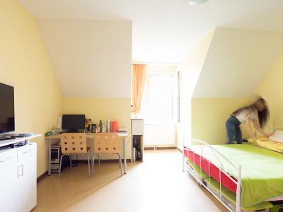 Zimmeraufnahme in der ehemaligen Generationenwohngemeinschaft im ÖJSB-Haus Neumargareten.