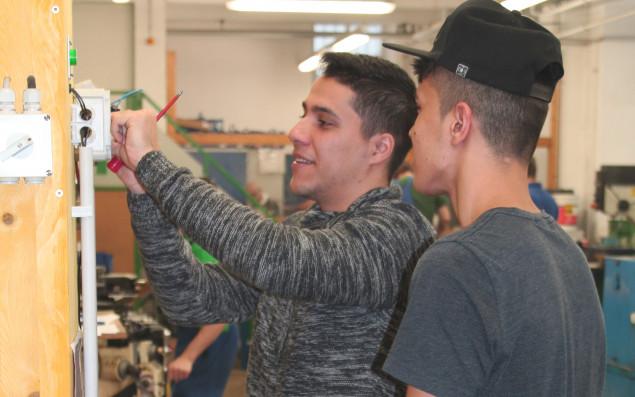 Zwei Jugendliche in der Werkstatt des BPI der ÖJAB.