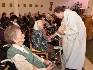 Krankensalbung durch Priester Burghard Lang.