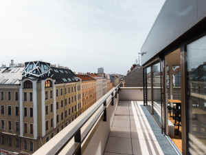 Beautiful terrace on the 8th floor of the student housing with view across the city in Vienna. Photo: andys.cc, Moritz Weixelberger.