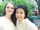 Die Pianistin Wenqi Zhao (rechts) und die Sängerin Anna Nekhames (links) geben im Garten des ÖJAB-Hauses Neumargareten ein Konzert.