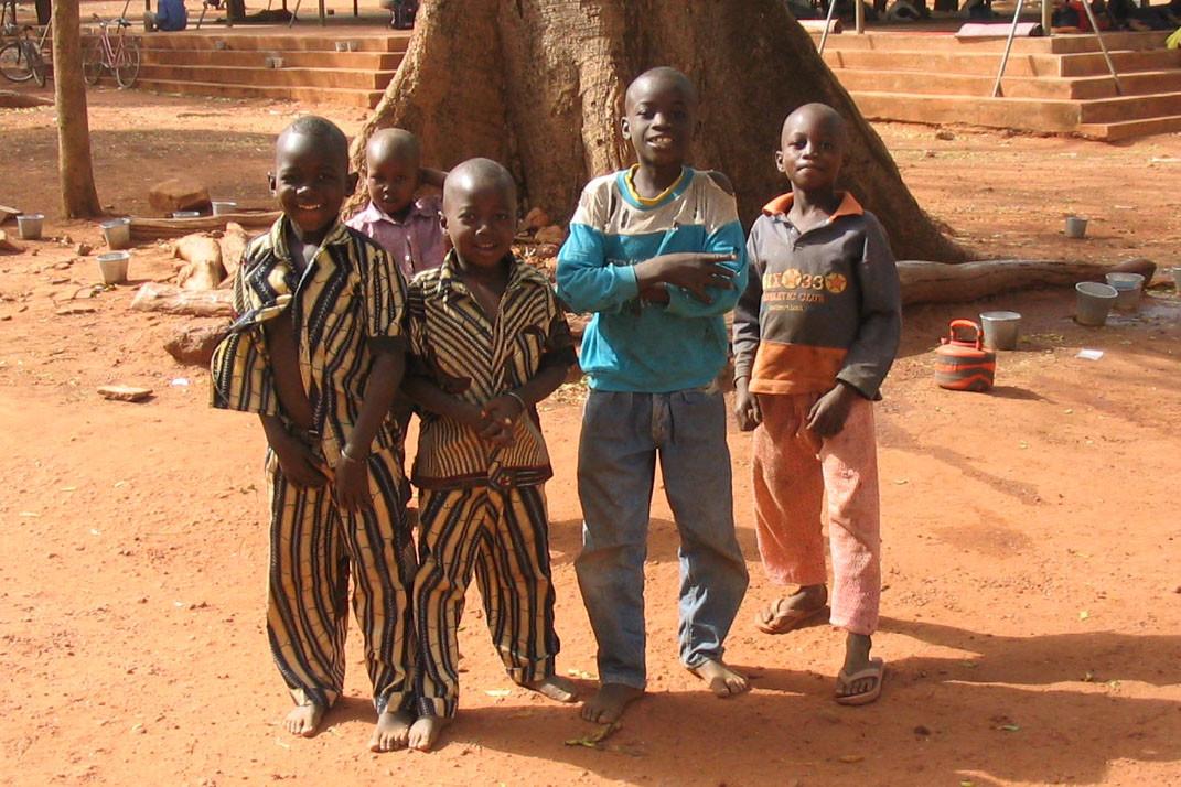 Straßenkinder in der Stadt Ouagadougou.