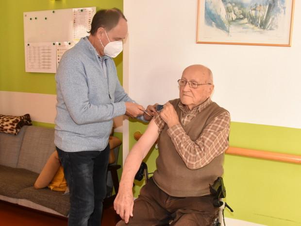 Dr. Lang impft Herrn Hochwarter.