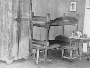 Room in ÖJAB-Jungarbeiterinternat 1946: simple bunk bed, stool, table, chest