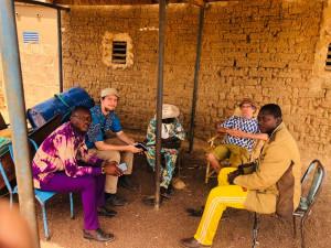 Oliver Böck (EZA-Projektmanager) und Stephan Armbruster (EZA-Konsulent) bei Projektgesprächen in der Gemeinde Samba.