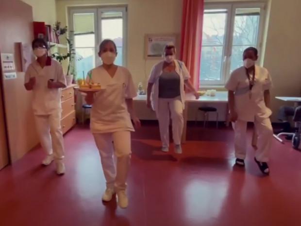 Videosausschnitt von MitarbeiterInnen aus dem ÖJAB-Haus Neumargareten beim Tanzen für die Jerusalema Dance Challenge.